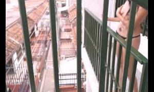 desnuda en el balcon