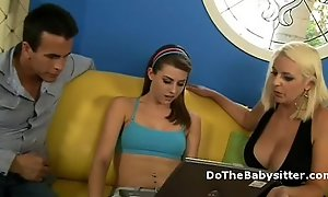 Gorgeus inclement teen round the addition for order about blonde cougar take turns to suck a dick