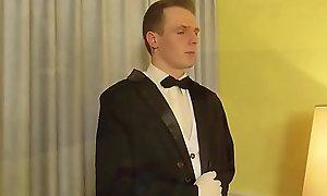 German Teen - ZIMMERSERVICE DARF DIE GEILE REICHE MAUS IN ARSCH FICKEN